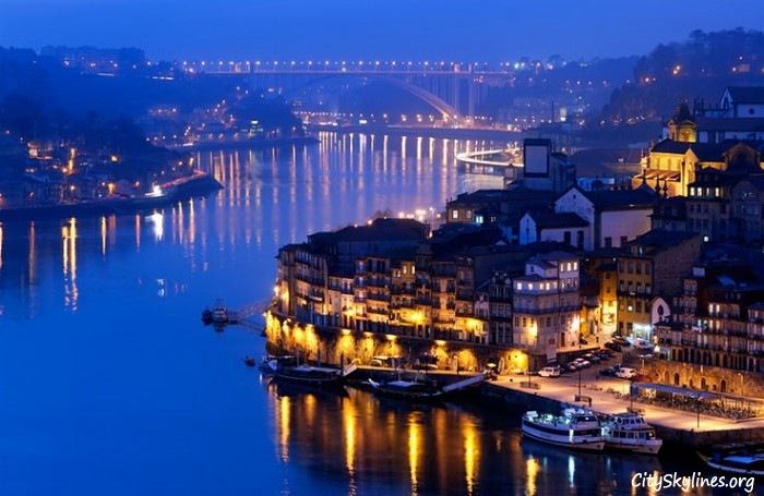 Vila Nova de Gaia at night on the river